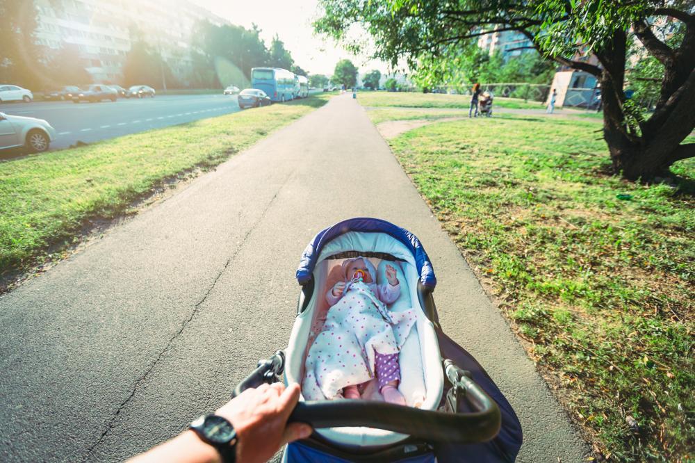 Spacer po męsku – czyli tata z wózkiem na osiedlu
