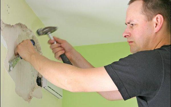 Napraw dziury w ścianie i zaszpachluj ubytki